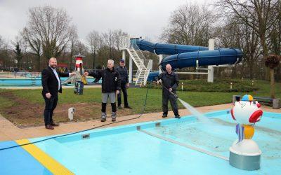 Buitenzwembad kan eerder open door bijdrage gemeente Hardenberg.